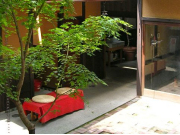 The serene outside of the Kyo-Yuzen workshop.