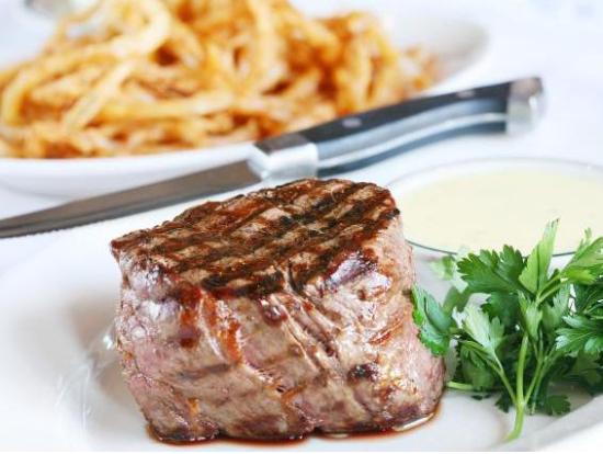 分厚いお肉と大盛ポテトで飯テロの壁紙