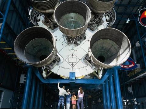 Apollo_Saturn_V_Center_4_people_Small