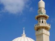 シャルジャの街にそびえ建つモスク