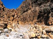 険しい岩山