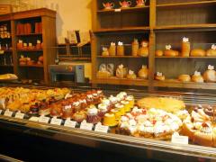 ショーケースに並ぶケーキ