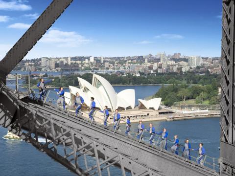 ブリッジ・クライム シドニー・ハーバーブリッジを歩いて登る体験型名物アトラクション