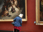 Louvre_Woman-looking-at-name