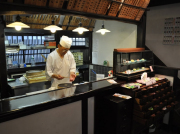 和菓子作り体験06 東店内では、カウンター越しに職人の作業が見れます (1)