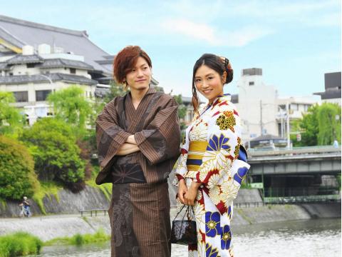 Couple wearing rental kimono in Kyoto