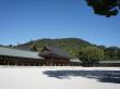 大和三山畝傍山を背景に両脇に長い廻廊を連ねた内拝殿