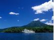 夏の阿寒湖と遊覧船a