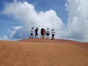 幻想的な赤土の高原