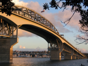 Auckland_Harbour_Bridge_With_Flag