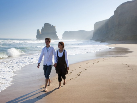 Couple-on-a-Great-Ocean-Road-Tour