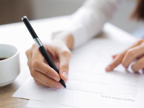 primer-de-la-solicitante-que-llena-el-formulario-de-solicitud_1262-2092