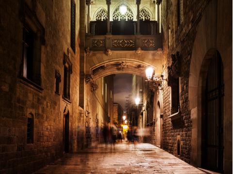 Spain_ Barcelona_Gothic_Quarter_Barri_Gotic_Night_shutterstock_639371884
