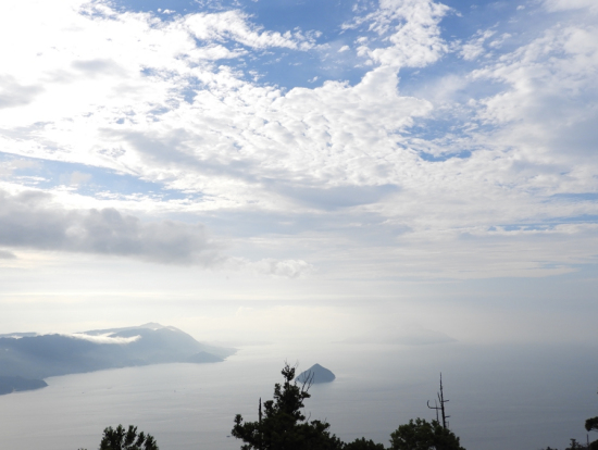 f8878af94d 跟随获宫岛弥山登山认证的专业导游沿着海拔535m的山道前行,一路上可以根据大石头和小地藏石像判断距离。若您登顶弥山,宫岛和濑户内海的全景便一览无遗。