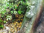 スライド2番登山道にある古い町石