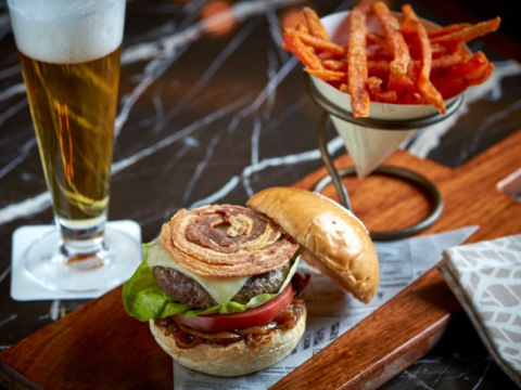 Char-grilled-Wagyu-burger-caramelised-onion-crispy-bacon-800x533