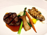 53晚餐-海陸雙主菜:夏威夷果香煎本地鮮魚和菲力牛排搭配鮮蔬薯泥