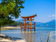 Japan_Hiroshima_Itsukushima shrine_Torii gate_shutterstock_1319487224