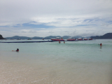 コーラル島のビーチ(スコールで透明度はよくなかった)