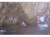 青の洞窟の入り口は本当に狭い