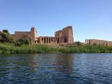 水辺に建つ美しいイシス神殿