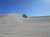 砂丘を走行中の四駆バス