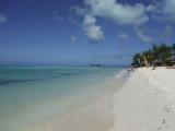 遠くに見える島がマニャガハ島です。