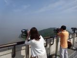 展望台から対岸の北朝鮮の村を眺めます