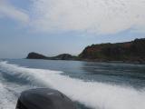 波しぶきをあげ,目的のオタモイ海岸を目指して,モーターボートは飛ぶように走ります。
