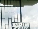 アウシュビッツにもある「労働は自由への道」の標識