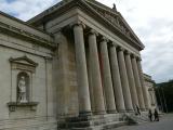 建物前で歴史説明