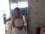 ブルーホワイトマリアージュ店内でドレス試着中
