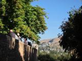 お天気に恵まれた美しい青空の下、アルハンブラ宮殿ツアーのスタート遠くの街が美しいです。