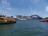 シドニー湾からハーバーブリッジが見えます。写ってませんが右側にオペラハウスがあります