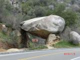 巨大な石のトンネル