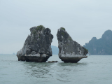 ハロン湾の人気スポット、闘鶏岩(夫婦岩)