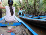 手漕ぎボート2~3艘がすれちがえるくらいの川幅