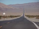 途中、砂漠の中の一本道で。