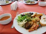 昼食はビュッフェ形式