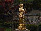 テレサのお墓の横のテレサ像です。