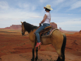 モニュメントバレーにて。運が良ければ騎乗写真撮影できます(ツアー代金とは別途で有料)!