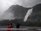 爆発的に流れる滝