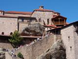 多くの人が訪れるメガロ・メテオロン修道院