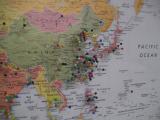 参加者は住んでいる場所を虫ピンで指していきます。日本からの参加者少ないです。