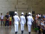 中正記念堂ー腿を上まで上げゆっくり行進。軸がぶれない姿勢が訓練の厳しさを伺えました。