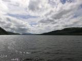 ネス湖上の風は冷たい。上着必須。薄着だったイタリア人?は後半はおとなしくなりました。