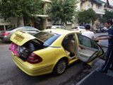 写真のタクシーは違う時ですが、荷物が多くても大丈夫。トランクが閉まらなくてもちゃんと?!ひもで押さえてくれます。