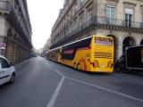 黄色い大型バスです。
