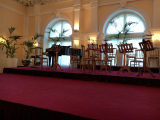 手前舞台でバレエやオペラを。奥が演奏家のゾーン。