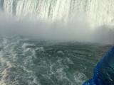船で滝の近くまで行きました